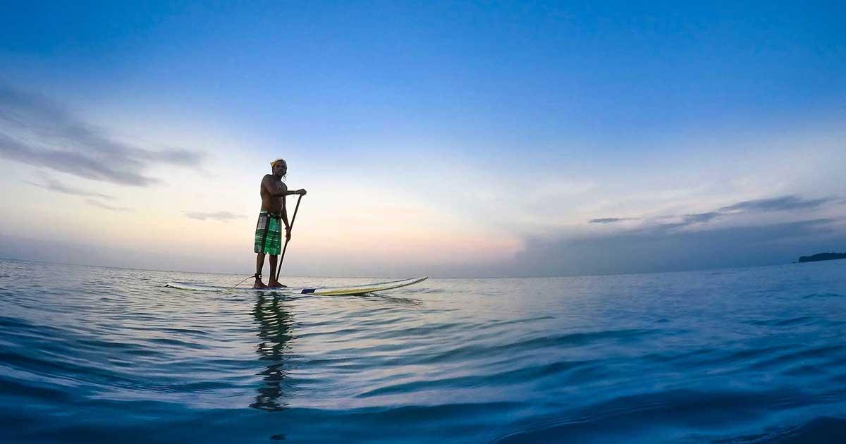 Mies suppaa yksin merellä